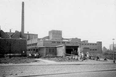 1976-2304 Gezicht op de Gerdesiaweg ( voorheen Vredenoordlaan ) met de zweminrichting het oostelijk zwembad.