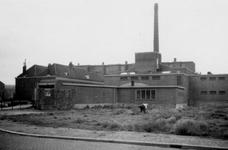 1976-2305 Gezicht op de Gerdesiaweg ( voorheen Vredenoordlaan ) met de zweminrichting het oostelijk zwembad.
