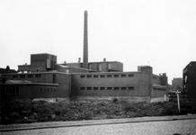 1976-2306 Gezicht op de Gerdesiaweg ( voorheen Vredenoordlaan ) met de zweminrichting het oostelijk zwembad.