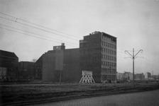 1976-2313 De Mariniersweg bij het bedrijfspand van Rath & Doodeheefver. op het bord staat: bouwt voor behangsels.