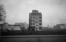 1976-2314 De Mariniersweg gezien vanaf de Botersloot. Op de achtergrond molen De Noord aan het Oostplein.