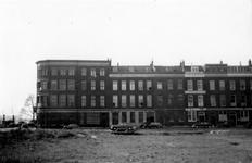 1976-2318 De Maasstraat met gebouwen. Waaronder het bedrijfspand W.G. van Oel voor markiezendoek en scheepszeildoek.