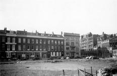 1976-2322 De Maasstraat met bebouwing ( links ) en de Westerstraat met bebouwing ( rechts ).