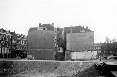 1976-2323 Het Oosteinde met bebouwing ( links ) en de Schoutenstraat met bebouwing ( rechts ).