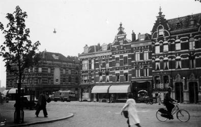1976-2326 De Oostzeedijk met huizen en winkels gezien bij het Oosteinde ( links ).