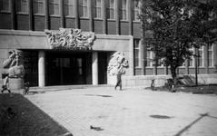 1976-2328 De Coolsingel met de ingang van de Rotterdamsche bank, de latere AMRO bank.
