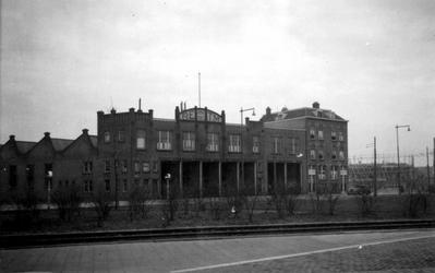 1976-2351 Gezicht op het Maastunnelplein met de remise van de R.E.T, vanaf de Brielselaan.