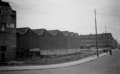 1976-2352 Gezicht op de Pleinweg met de remise van de R.E.T, vanaf het Maastunnelplein.