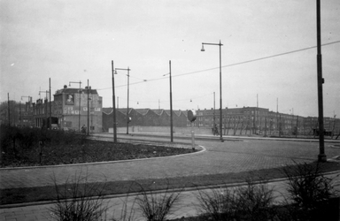 1976-2353 Het Maastunnelplein met de Pleinweg.