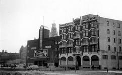 1976-2372 Gezicht op de Kruiskade met het Luxor theater en hotel Centraal.