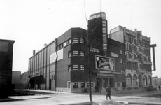1976-2373 Gezicht op de Kruiskade en hoek van de Nieuwe Kerkstraat met het Luxor theater en hotel Centraal.