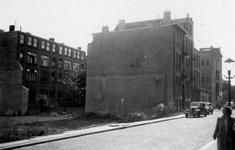 1976-2378 Gezicht op de Roo-Valkstraat met woningen en de Teilingerstraat ( links ).
