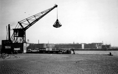 1976-2394 Gezicht vanaf de Boompjeskade op de Nieuwe Maas en het Noordereiland.