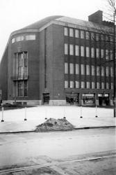 1976-2453 Gezicht op de Coolsingel met de Rotterdamsche Bank, het latere AMRO bankgebouw, van de hoek van de Van ...