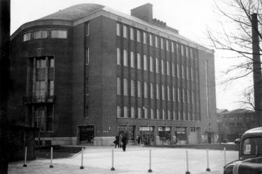 1976-2454 Gezicht op de Coolsingel met het Rotterdamsche, latere AMRO bankgebouw, van de hoek van de Van ...