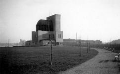 1976-2458 Gezicht op het Charloisse Hoofd met het ventilatiegebouw van de Maastunnel.