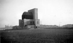 1976-2459 Gezicht op het Charloisse Hoofd met het ventilatiegebouw van de Maastunnel.
