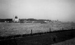 1976-2464 Gezicht op de Nieuwe Maas, vanaf het Charloisse Hoofd. Op de achtergrond het ventilatiegebouw van de Maastunnel.