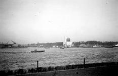 1976-2465 Gezicht op de Nieuwe Maas, vanaf het Charloisse Hoofd. Op de achtergrond het ventilatiegebouw van de Maastunnel.