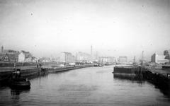 1976-2472 Gezicht op de Leuvehaven, uit het zuiden. Op de achtergrond gebouwen aan de Schiedamsedijk en Schiedamsevest ...