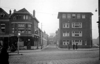 1976-2476 Gezicht op de Vlietlaan met woningen en café Vlietzicht, bij de Slachtstraat en Weteringstraat.
