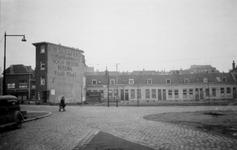 1976-2477 Gezicht op woningen aan de Slachtstraat en links café Vlietzicht aan de Vlietlaan, vanaf de Weteringstraat.