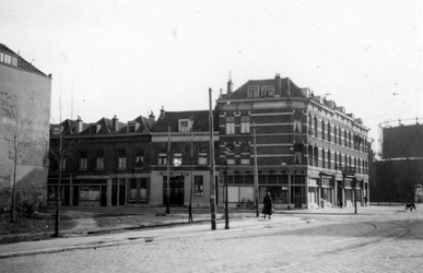 1976-2478 Gezicht op woningen aan de Weteringstraat, op de hoek van de Brouwersstraat.