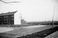 1976-2484 Gezicht op de Goereesestraat (links) vanaf de Carnissesingel. Op de achtergrond de Nieuwe Kerk Charlois.