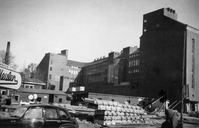 1976-2492 Van Oldenbarnevelthof met de achterzijde van de Amro bank, gezien vanaf het Binnenwegplein.
