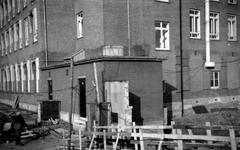 1976-2494 Gezicht op de transformatorhuisjes van het Coolsingelziekenhuis, aan de Coolsingel op nr. 2 van de Crispijnlaan.