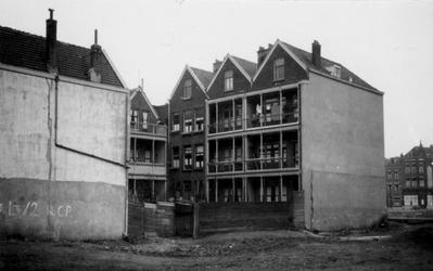 1976-2502 Tussen het Noordeinde en de Sionstraat met huizen.