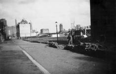 1976-2513 De Baan, gezien vanuit het zuiden. Op de achtergrond het torentje van het warenhuis de Bijenkorf, in het ...
