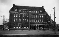 1976-2543 Op de voorgrond het Oostplein. Ter hoogte van het Amsterdamsche bankgebouw kantoor Oostplein tussen links de ...