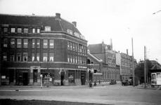 1976-2545 Gezicht op het Oostplein hoek van Admiraliteitskade ter hoogte van het Amsterdamsche spaarbankgebouw bijbank ...
