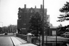 1976-2560 Gezicht op het Proveniersplein, vanuit westelijke richting. Op de voorgrond de Proveniersbrug.