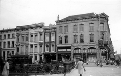 1976-2590 Gezicht op panden aan de Mauritsweg ter hoogte van de Binnenwegsebrug en hoek van de Oude Binnenweg, vanuit ...