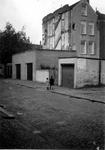 1976-2603 Gezicht vanaf de Almondestraat op de achterzijde van huizen aan de Teilingerstraat.