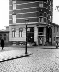 1976-2604 Gezicht op de hoek van de Almondestraat ( links ) en Teilingerstraat ( rechts )