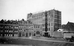 1976-2611 Gezicht in de Goudsedwarsstraat, vanuit de Admiraal de Ruyterweg. Op de achtergrond de Dobbelmann fabriek.