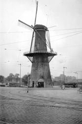 1976-2642 Gezicht op het Oostplein met molen de Noord.