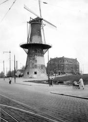 1976-2643 Gezicht op het Oostplein met molen de Noord. Vanaf de Goudsesingel.