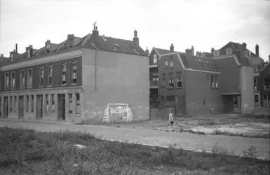 1976-2645 Gezicht op woningen van Paulus Potterstraat ( links ) en Oostmaasstraat ( rechts ).