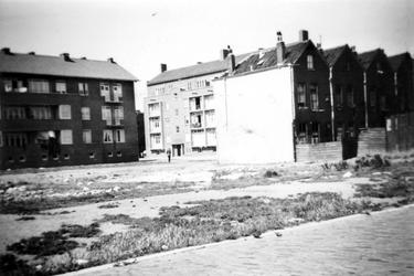 1976-2647 Gezicht op woningen van de Paulus Potterstraat vanaf de Oostmaasstraat.