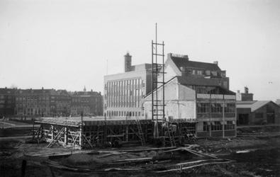1976-2648 Gezicht op bedrijfspanden aan de Hoornbrekersstraat vanaf de Schiedamsedijk.