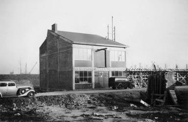 1976-2649 Gezicht op het bedrijfspand van metaalwarenfabriek Neo-Metaal n.v. aan de Hoornbrekersstraat vanaf de Baan.
