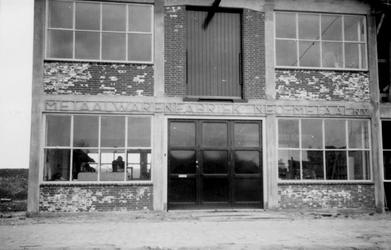 1976-2652 Gezicht op de voorzijde van het bedrijfspand van metaalwarenfabriek Neo-Metaal n.v. aan de Hoornbrekersstraat.