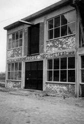 1976-2653 Gezicht op het bedrijfspand van metaalwarenfabriek Neo-Metaal n.v. aan de Hoornbrekersstraat.