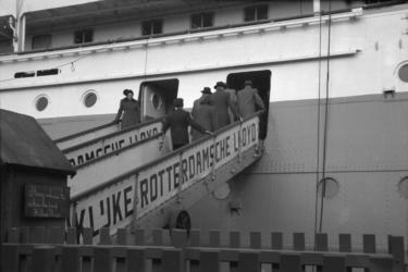1987-2793 Passagiers gaan aan boord van de Willem Ruys bij de Koninklijke Rotterdamsche Lloyd aan de Lloydstraat.
