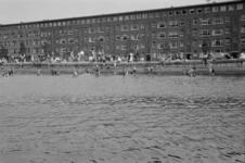 1992-3745 Zwemmen in het Noorderkanaal. Op de achtergrond de Gordelweg.