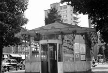 1992-3777 Tramhuisje van de R.E.T., tevens V.V.V.- gebouw aan de Coolsingel.Op de achtergrond links het Schielandshuis, ...